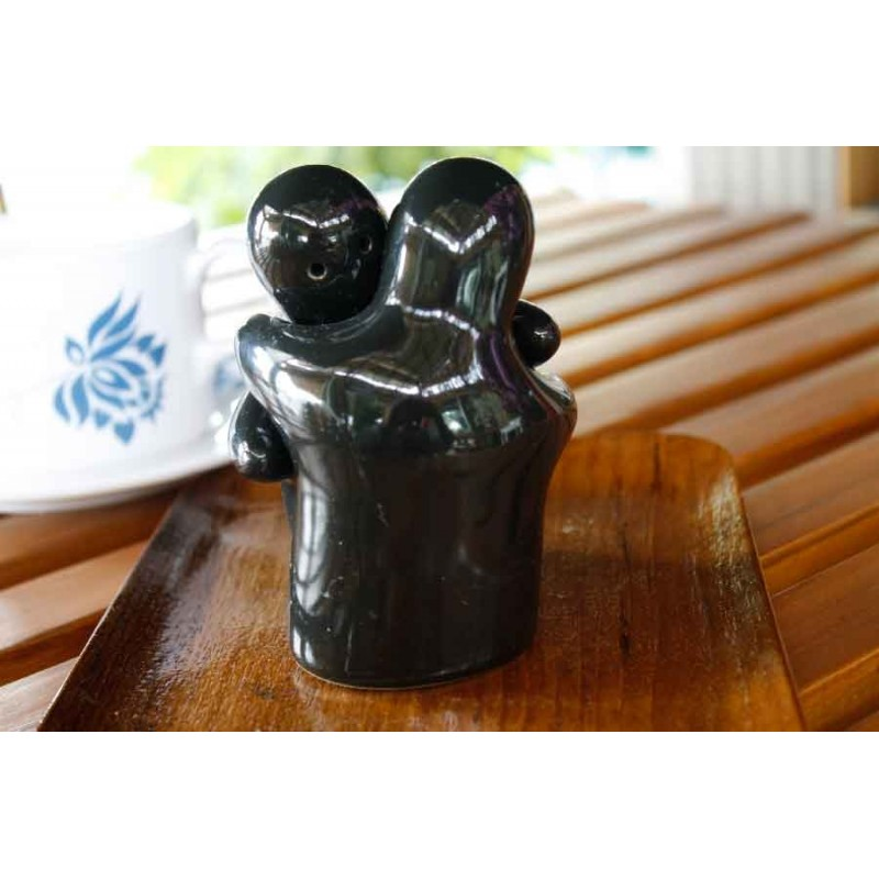 Hugging people black salt and pepper shakers redwing imports - Hugging salt and pepper shakers ...