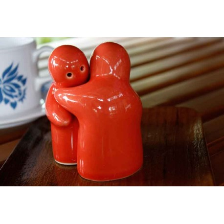Hugging people red salt and pepper shakers redwing imports - Hugging salt and pepper shakers ...